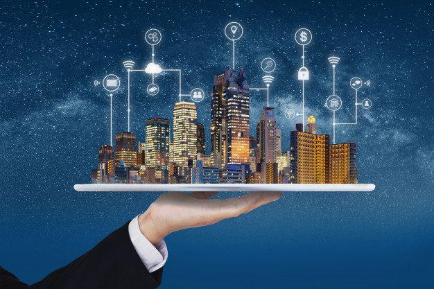 cidade-inteligente-tecnologia-de-construcao-e-negocios-imobiliarios-homem-negocios-segurando-tablete-digital-com-edificios-holograma-e-aplicacao-programa